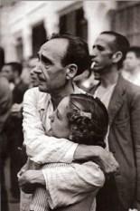 Un padre abraza a su hija en la cárcel de Porlier.