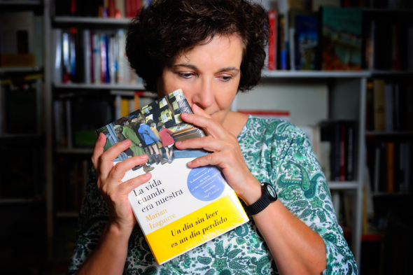 La autora Marian Izaguirre con un ejemplar de La vida cuando era nuestra