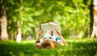La evasión frente a la pesadez de la rutina es uno de los motivos de muchos lectores para leer