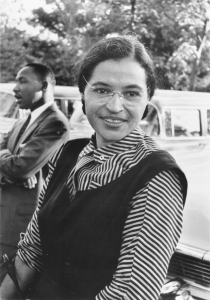 Rosa Parks es conocida por su negativa a cederle el sitio a un blanco en un autobús. Dio inicio al movimiento por los derechos civiles en Norteamérica