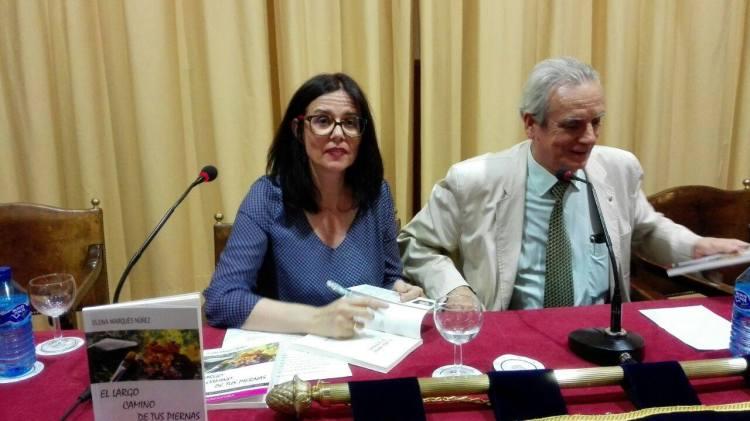 Elena Marqués firmando ejemplares en el Círculo Mercantil Calle Sierpes