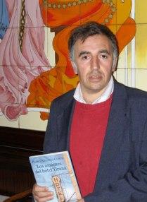 El autor Pedro Antonio Curto con su libro