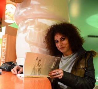 A autora Marta Lemos cun exemplar do libro. Fonte: Gonzalo Núñez (Faro de Vigo)