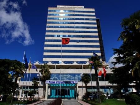 El hotel Tirana, en Albania, es el escenario del amor entre Aslam y Aida