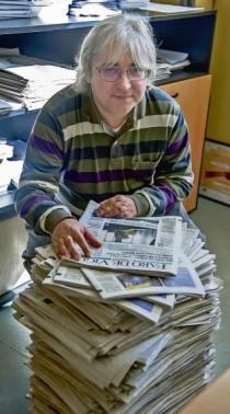 Salvador Rodríguez con exemplares do xornal Faro de Vigo . Fonte: Eli Regueira