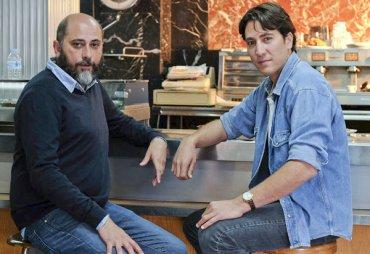 """Miguel Sáez con su alter ego en la serie """"Apaches"""", Alberto Amman"""