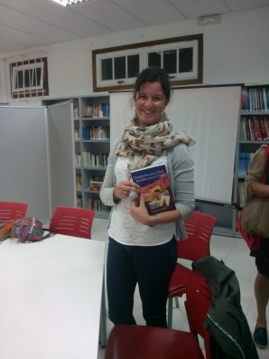 Marta Currás tras el Club de Lectura en la Biblioteca de Bueu (Pontevedra)