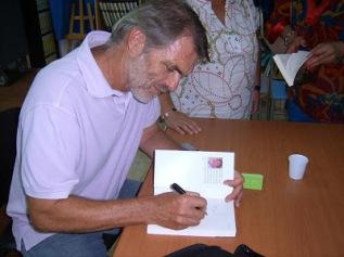 Pascal Buniet firmando ejemplares de su libro