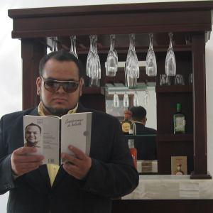 Eric Urias con su primer poemario