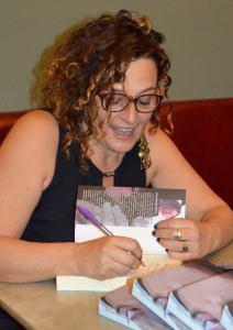 """La autora Elisa Sánchez Prieto firmando ejemplares de """"Arena en los ojos"""""""
