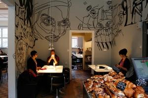 Los personajes pululan por cafeterías, que me recuerdan a esta
