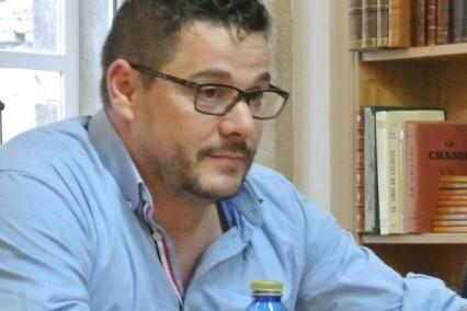 "Lino Fervenza Faria, autor del poemario ""Lluvia blanca"""