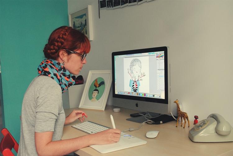 María Hesse trabajando en sus ilustraciones