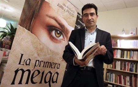 """El autor Juan J. Prieto con """"La primera meiga"""""""