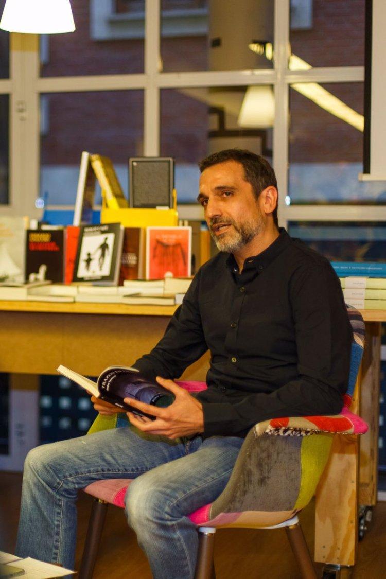 "Javier Tortosa, autor de ""Trazos en falso"""