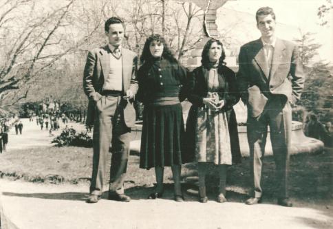 Foto real de La Marías con dos estudiantes