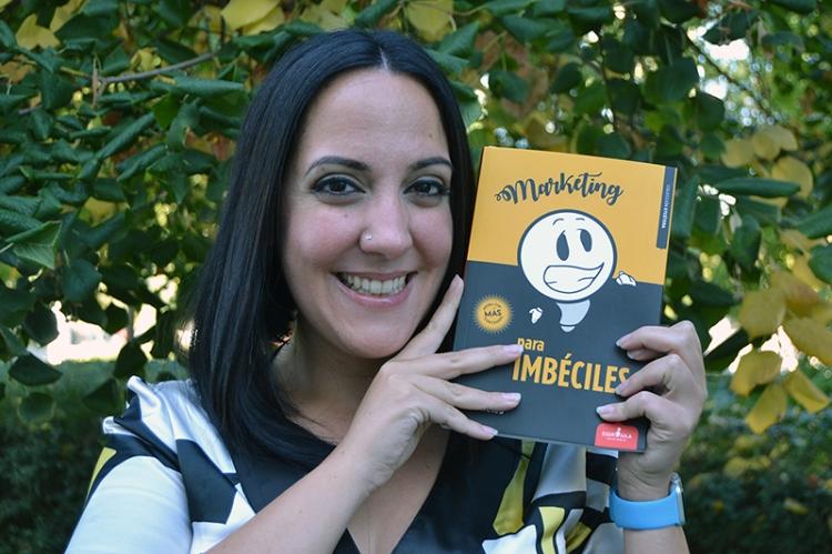 """María Fornieles con un ejemplar de su libro """"Marketing para imbéciles"""""""