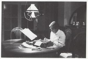 María Moliner trabajando en su diccionario